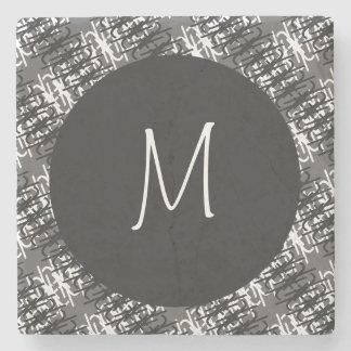 Modernes weißes Monogramm auf stilvollem Steinuntersetzer