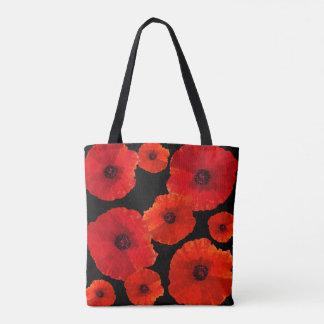 Mohnblumen ganz über roter schwarzer Tasche n