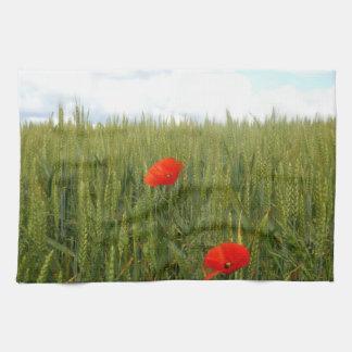Mohnblumen in einem Weizen-Feld-Tee-Tuch Handtuch