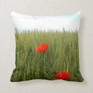 Mohnblumen in einem Weizen-Feld-Wurfs-Kissen Kissen