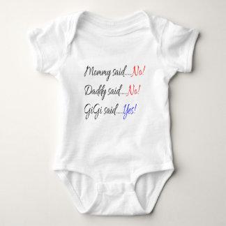 Momma sagte nein, sagte Daddy nein, Gigi sagte ja Baby Strampler