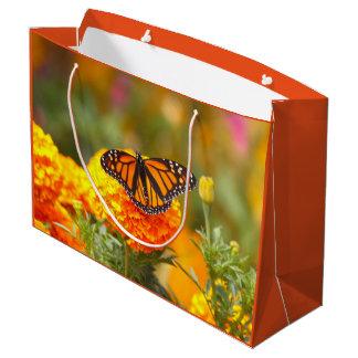Monarch auf einer Ringelblume Große Geschenktüte
