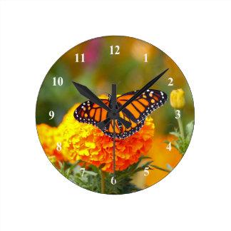 Monarch auf einer Ringelblumen-Uhr Runde Wanduhr
