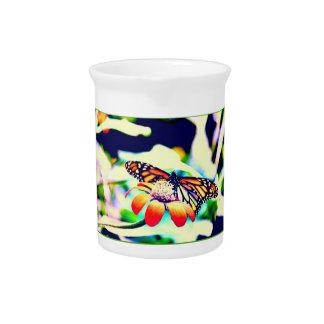 Monarch-Schmetterling auf Blume Krug