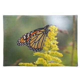 Monarch-Schmetterling auf Goldrutenstoff-Tischset Stofftischset