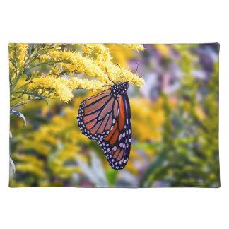 Monarch-Schmetterling auf Goldrutenstoff-Tischset Tischset
