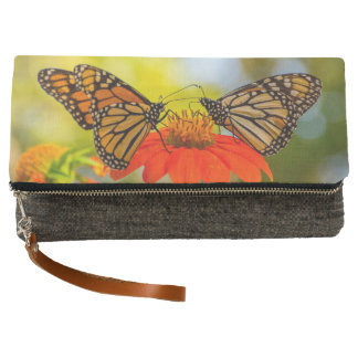 Monarch-Schmetterlinge auf Wildblumen Clutch