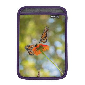 Monarch-Schmetterlinge auf Wildblumen iPad Mini Sleeve