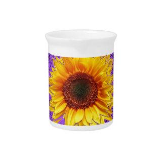 Monarch-Schmetterlings-Liebe-Sonnenblumen durch Getränke Pitcher