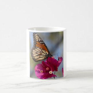 Monarchfalter auf Bouganvillablüte Kaffeetasse