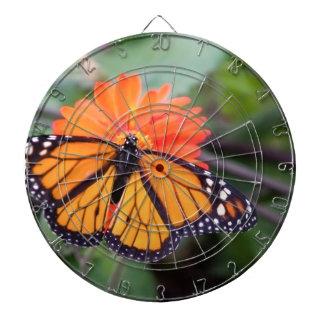 Monarchschmetterling auf orange Blume Dartscheibe