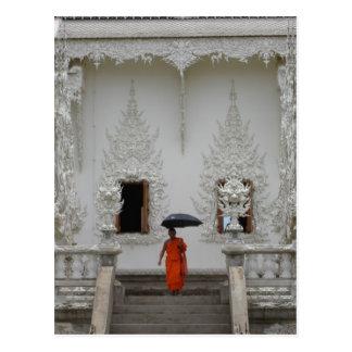 Mönch am weißen Tempel in Chiang Rai Postkarte
