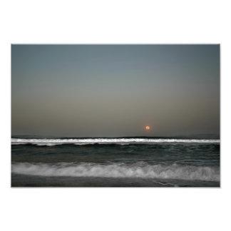 Mond über Wellen Fotodruck