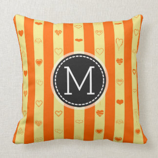 Monogramm-Orange Stripes modernes Herz-Muster Kissen