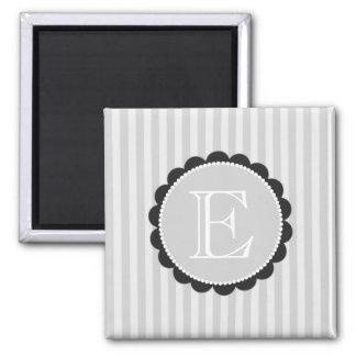 Monogramm-schwarze graues Weiß-ausgebogte Streifen Quadratischer Magnet