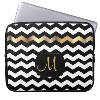 Monogramm-Zickzack Streifen mit Goldakzent Laptopschutzhülle