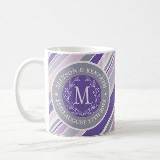 Monogrammwreath-Trendy Streifen-lila Blatt-Lorbeer Kaffeetasse