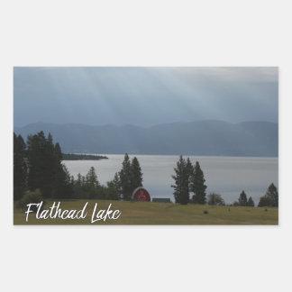 Montana Flachkopfsee-Ufer-rote Scheunen-Bäume Rechteckiger Aufkleber