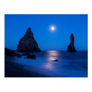 Moonrisereflexion auf Ozean- und Seestapeln Postkarte
