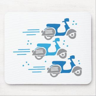 Mopedrennen mit drei Rollern Mousepad