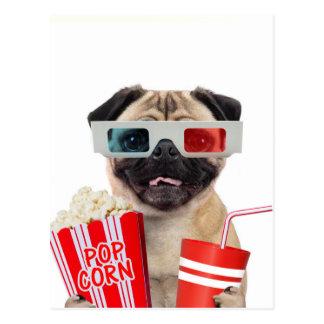 Mops, der einen Film aufpasst Postkarte