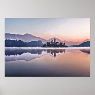 Morgen-Nebel auf See mit Schloss in ausgeblutetem Poster