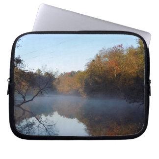 Morgen-Nebel auf The Creek Laptopschutzhülle
