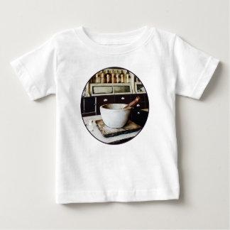 Mörser und Stampfe im Apotheker Baby T-shirt