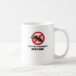 Moskito schlagen es nicht mit einem Behälter Kaffeetasse