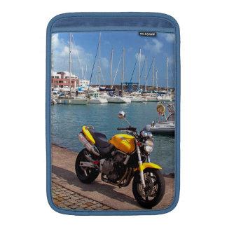 Motorrad am Jachthafen MacBook Sleeve