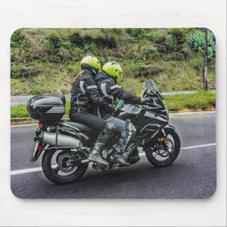 Motorrad-Reiter an der Allee Mousepad