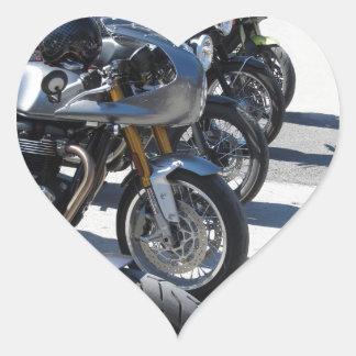 Motorräder geparkt in der Reihe auf Asphalt Herz-Aufkleber