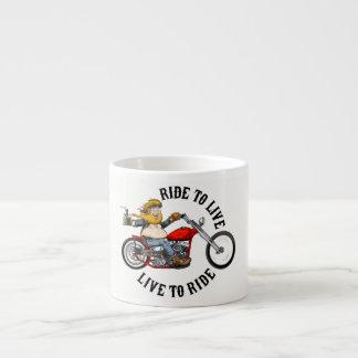 Motorradfahrerbiker runzelt to liv espressotasse