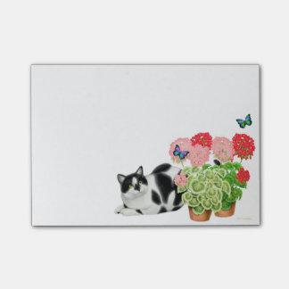 Moxie die Kuh-Katze in den Post-it Klebezettel