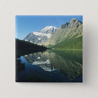 Mt Edith Cavell im Cavell See, Quadratischer Button 5,1 Cm