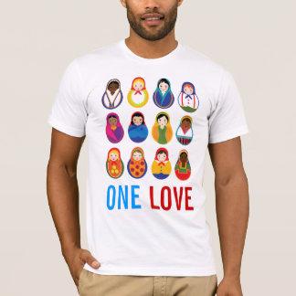 Multikulturelle Verschachtelungs-Puppen ein T-Shirt