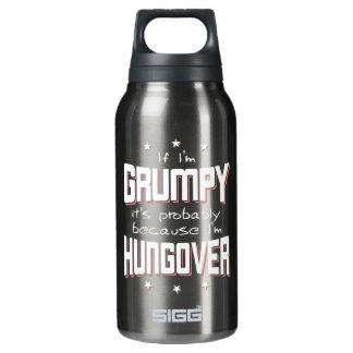 MÜRRISCH, weil HUNGOVER (weiß) Isolierte Flasche