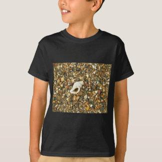 Muschel unter Kieseln T-Shirt
