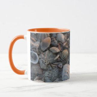 Muscheln auf dem Sand Tasse