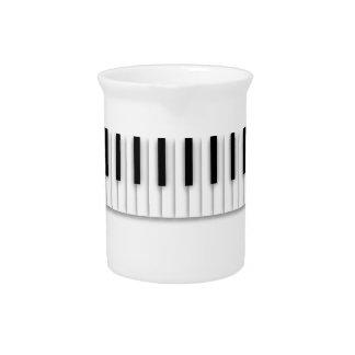 Musik-Klavier befestigt Schwarz-weißes Getränke Pitcher