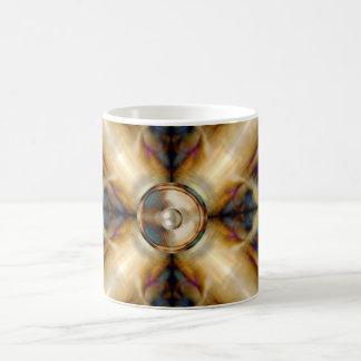 Musik-Lautsprecher auf einem Goldkreuzhintergrund Kaffeetasse