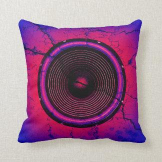 Musik-Lautsprecher auf einer gebrochenen Wand Kissen