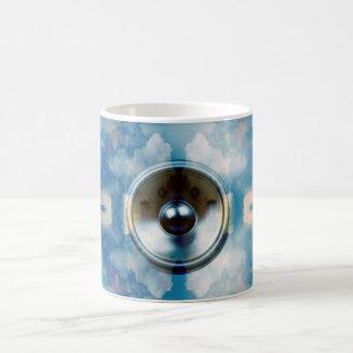 Musik-Lautsprecher und bewölkter blauer Himmel Kaffeetasse