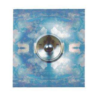 Musik-Lautsprecher und bewölkter blauer Himmel Notizblock