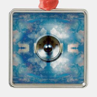 Musik-Lautsprecher und bewölkter blauer Himmel Quadratisches Silberfarbenes Ornament