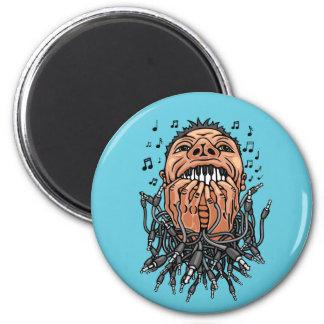 Musiker spielt auf seinen Zähnen wie auf Tastatur Runder Magnet 5,7 Cm