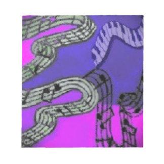 Musiknoten und glänzende Farben schaffen ein Notizblock