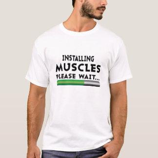 Muskeln installierend, bitte warten T - Shirt