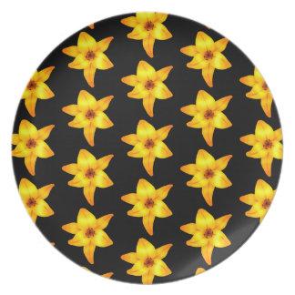 Muster der gelben Lilien auf Schwarzem Teller