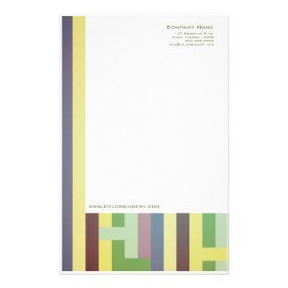 Muster ordnet Briefpapier an